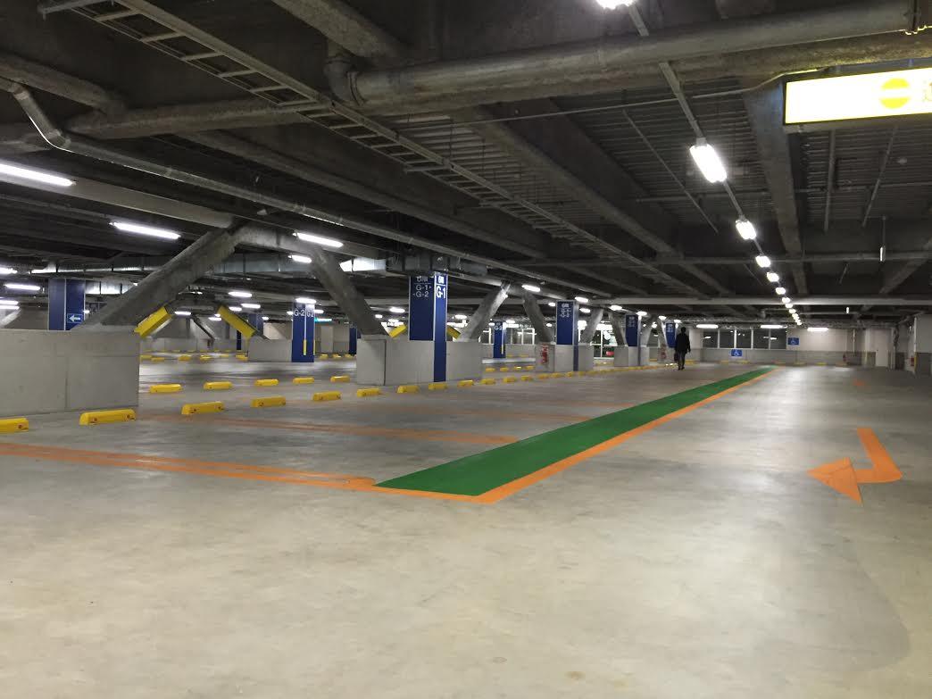 たった7Wの直管型LED照明をモールの駐車場に導入いたしました!